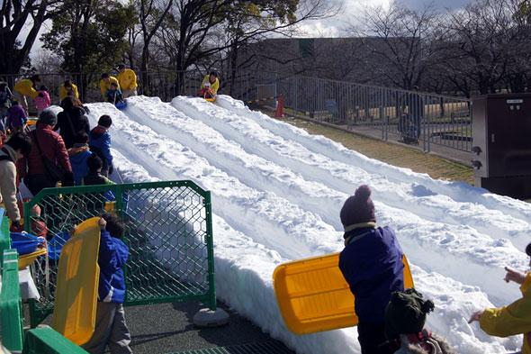 雪まつりの滑り台