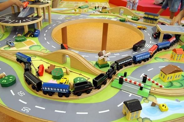 木製の列車と街のジオラマ