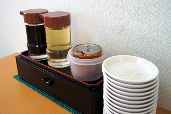 テーブルの上の醤油、酢、ラー油
