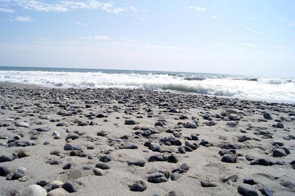 大量の石と波