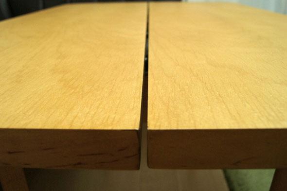 テーブルの真ん中の溝