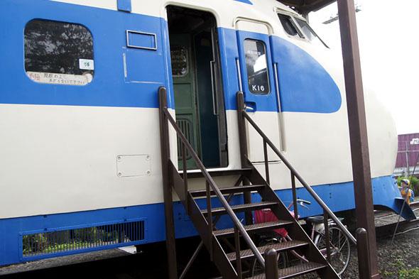 新幹線の中へ入る階段