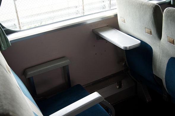 座席のテーブル