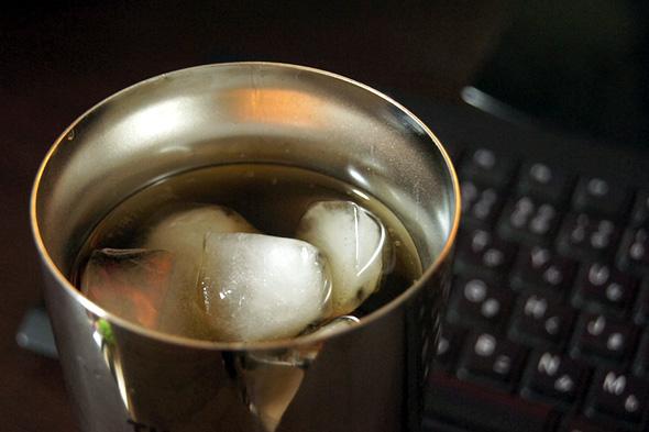 冷たいお茶を入れたタンブラー