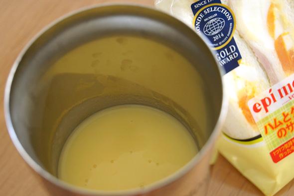 温めたポタージュスープを入れたタンブラー