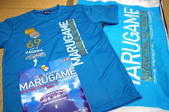 参加賞のブルーのランニングTシャツと大きなビニールバッグ