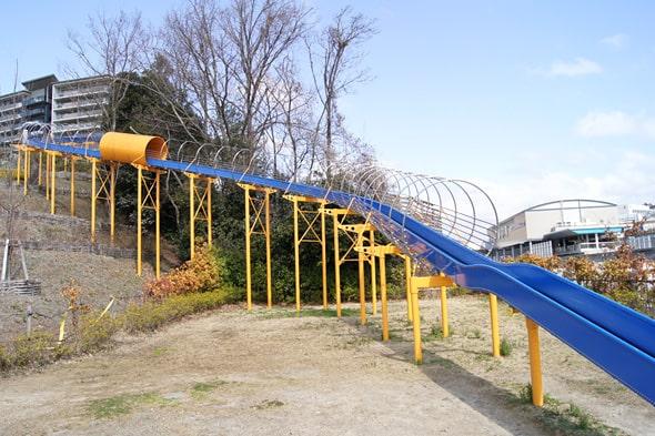 彩都西公園の大型すべり台