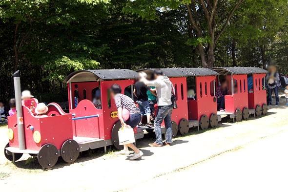 木でできている赤い汽車