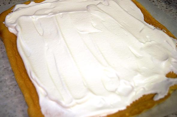 生地に生クリームを塗る