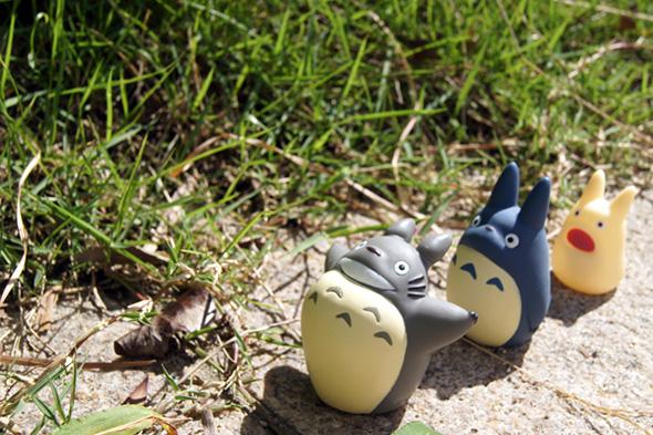 大トトロ、中トトロ、小トトロが3人で歩く