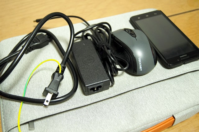 電源アダプタ、スマホ、マウス