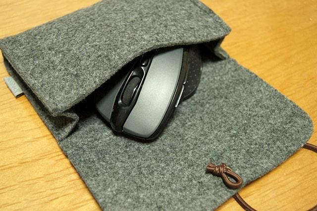 小型のフェルトバッグにマウスを収納