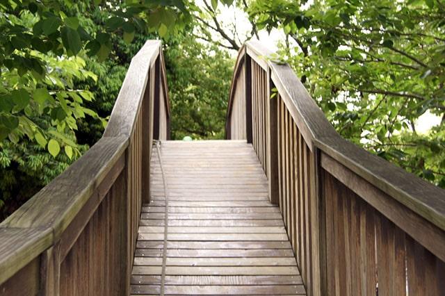 木製の橋とロープ
