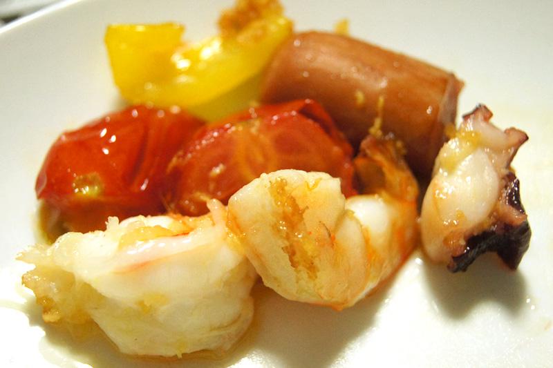 アヒージョのエビとタコとトマトとウインナー