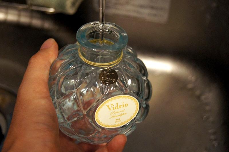 ガラス瓶に水を注ぐ