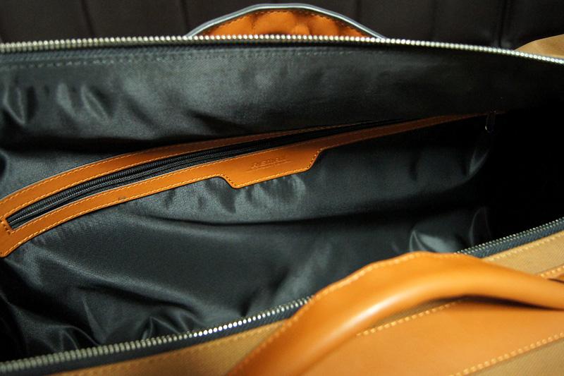 内側のファスナー付きの収納ポケット