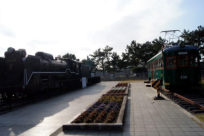 D51機関車と阪堺電気軌道の121型130号