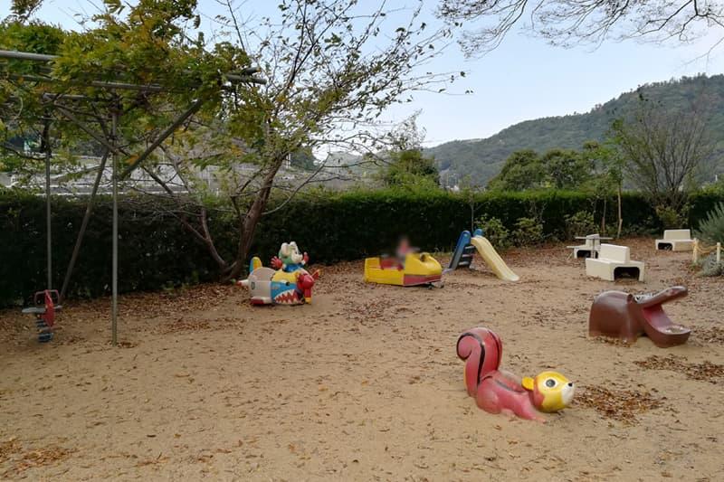 子ども向けの乗り物の遊具