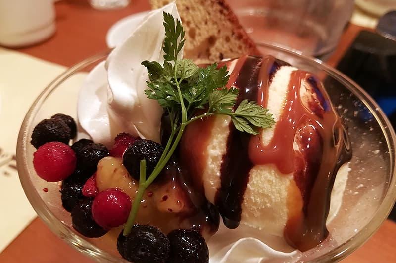 ふんわりチョコバナナケーキのキャラメルパフェ