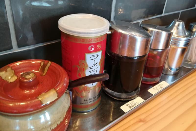 餃子の醤油ダレやラー油、コショウ