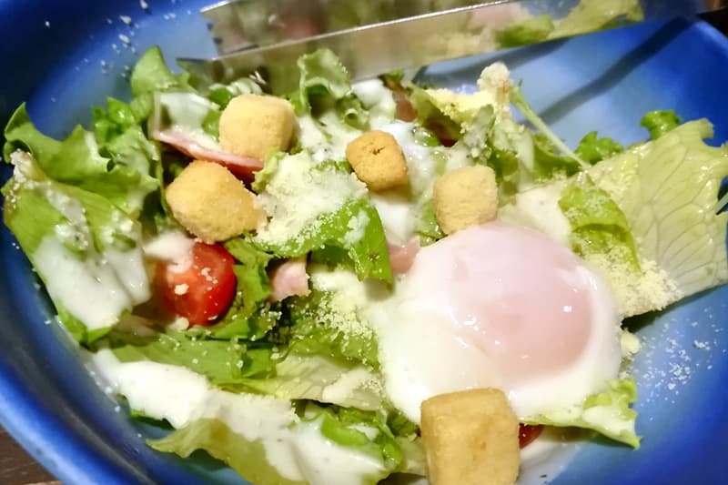 半熟玉子のシーザーサラダ