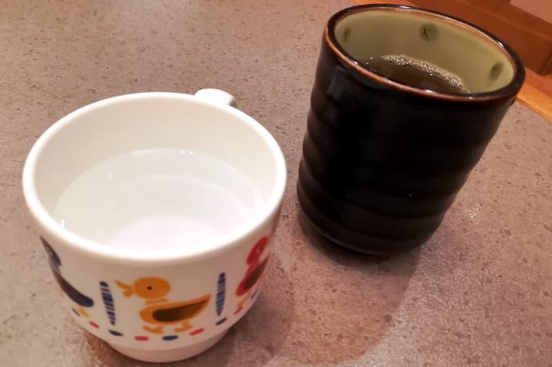 温かいお茶とお冷