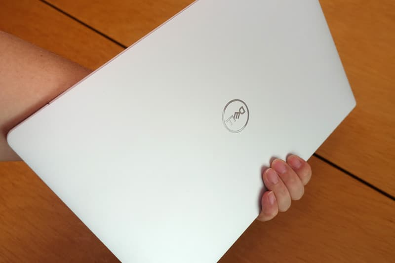 Dell New XPS 13を持つ
