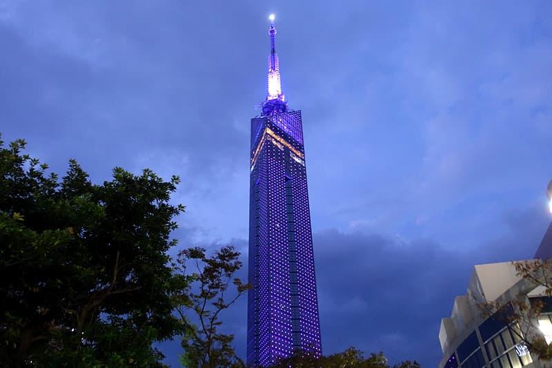 福岡タワーがライトアップ