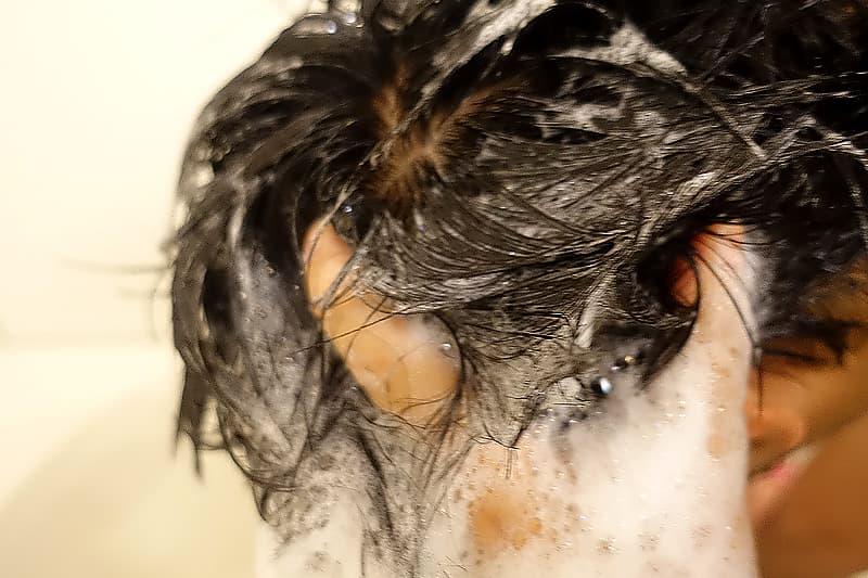 頭皮をマッサージ