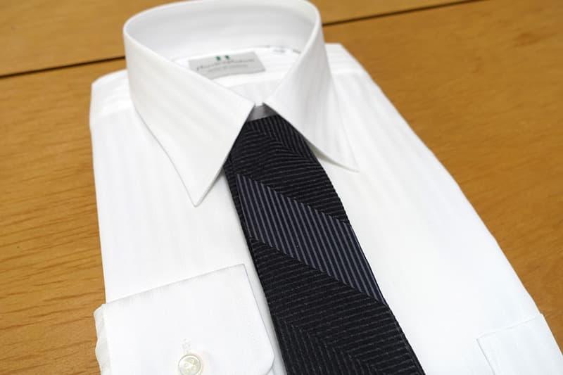 白いワイシャツとネクタイ