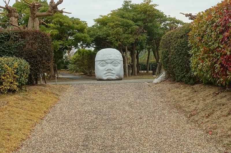 遺跡の世界の巨石人頭像