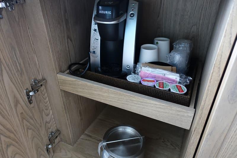 紙コップとコーヒー