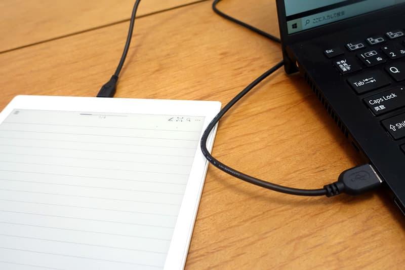 micro USBケーブルで同期