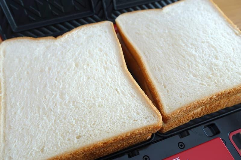 食パンで具材をはさむ