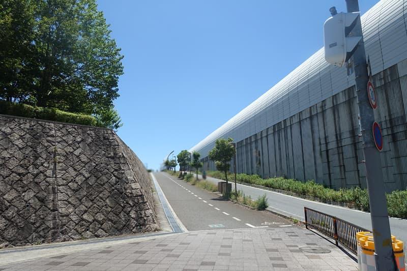 高架沿いの坂道
