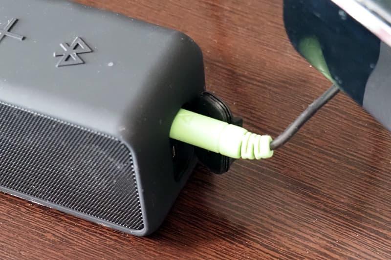 AUXケーブルで有線接続