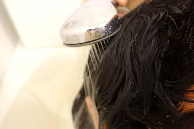 頭皮と髪全体を濡らす