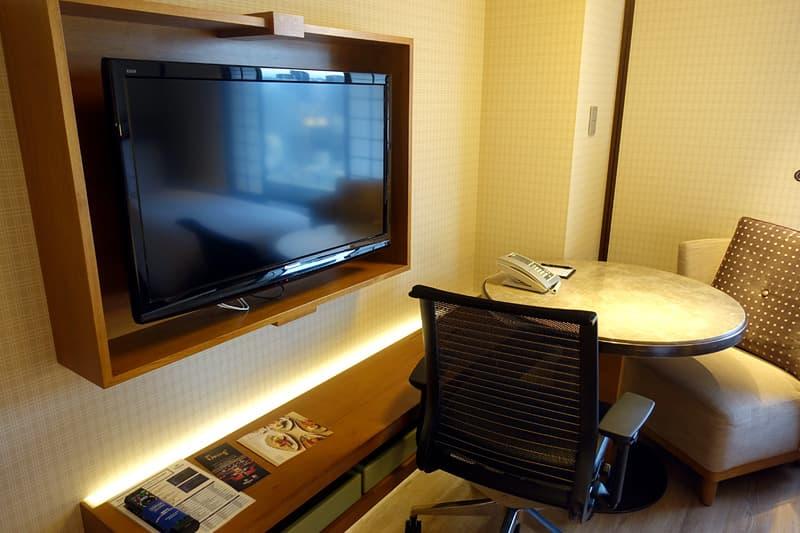 テレビと小テーブル