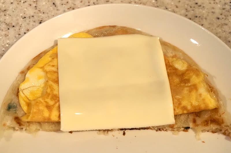 薄焼き餅に薄焼き卵とスライスチーズを巻く