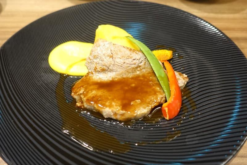 泉州玉葱でマリネした牛肉のロティとハーブ香るインカの目覚めのコンフィ