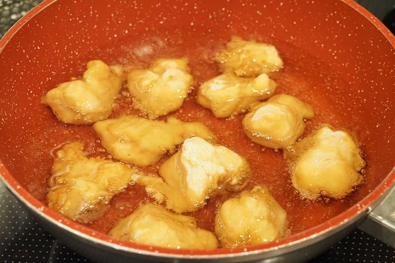 冷凍唐揚を油で揚げる