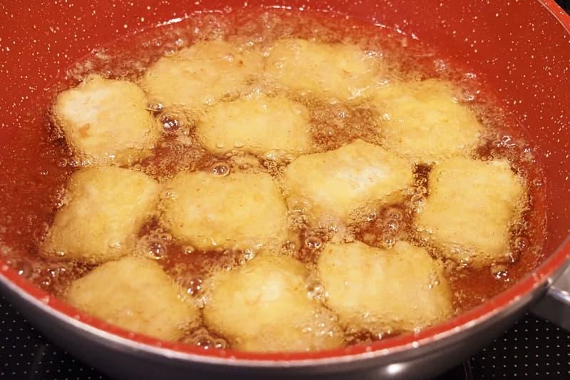チキンナゲットを油で揚げる