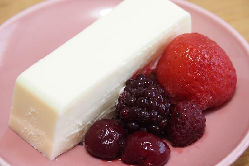 リッチチーズケーキとミックスベリー