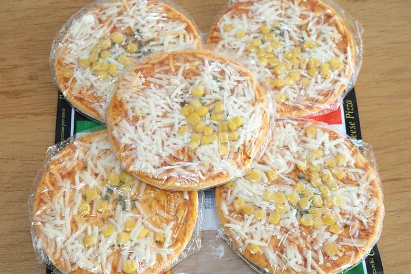 フィルム包装されたピザ