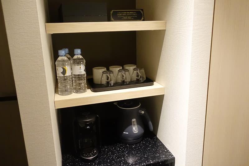 湯沸かしポットとグラス