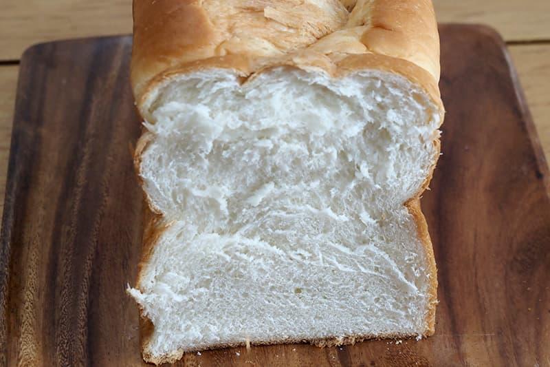パン切り包丁で切る