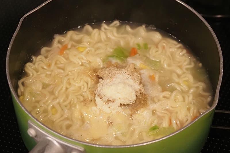 スープ、粉末マヨネーズを入れる