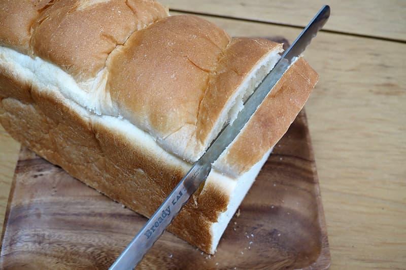 パン切包丁で切る