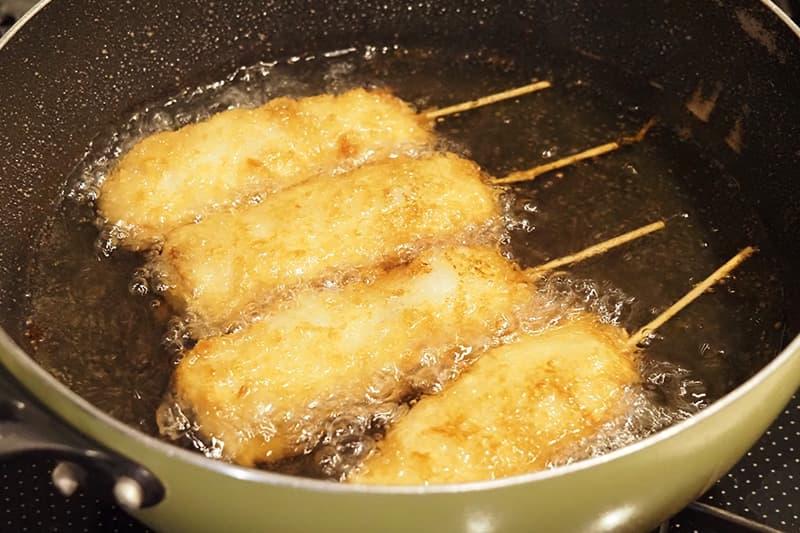 串カツを油で揚げる
