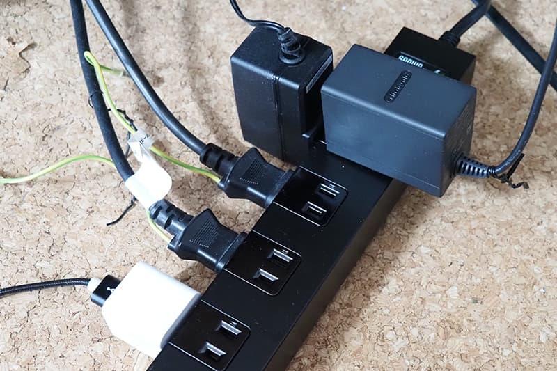 電源タップにACアダプタを挿す